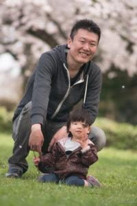 桜と父娘(Nikon D5500)