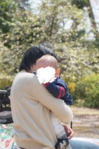 子を抱く母(Nikon D5500)