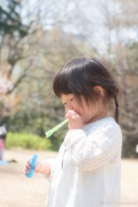 しゃぼん玉を吹くShico(Nikon D5500)