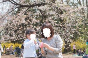 しゃぼん玉で遊ぶ母子(Nikon D5500)