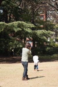 母と走る子(Nikon D5500)