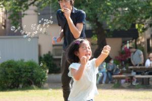 出張撮影:しゃぼん玉と父娘(Nikon D5500)