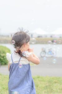 しゃぼん玉Shicoの後ろ姿(Nikon D5500)