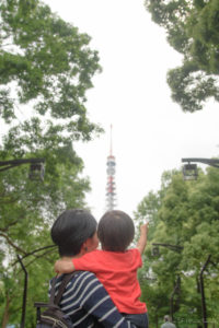東京タワーを指して(D5500)